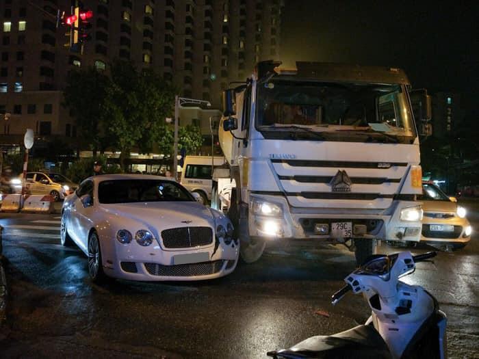 Bentley Continental GT Speed trong vụ tai nạn với xe bồn vào tháng 8/2017