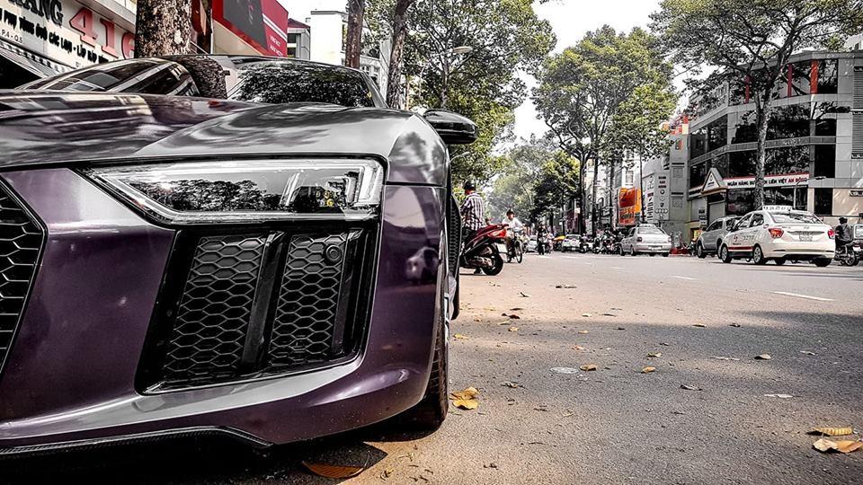 Tại thị trường Việt Nam có 2 chiếc siêu xe Audi R8 V10 Plus. Chiếc trong bài viết đã được chủ nhân thay đổi bộ áo sang tím