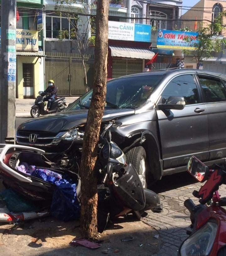 Chiếc xe Honda LEAD nằm bẹp rúm dưới gầm xe ô tô điên