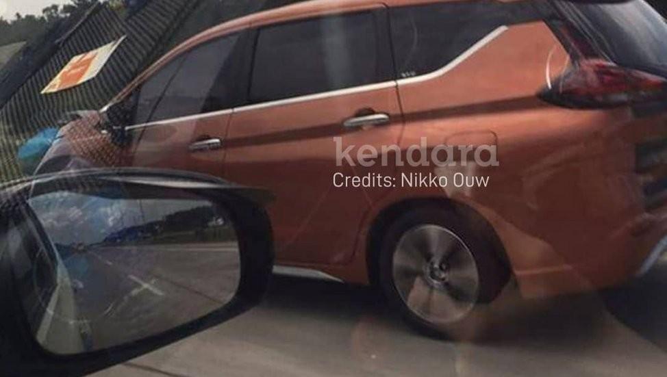 Nissan Grand Lavina 2019 được sơn màu cam đồng vốn không có trên Mitsubishi Xpander