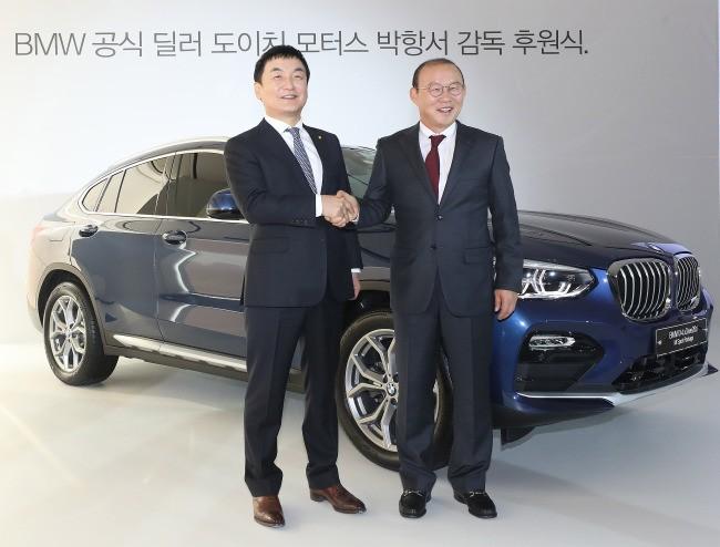 Huấn luyện viên Park Hang Seo nhận chiếc BMW X4 từ giám đốc đại lý Deutsch Motors tại Hàn Quốc