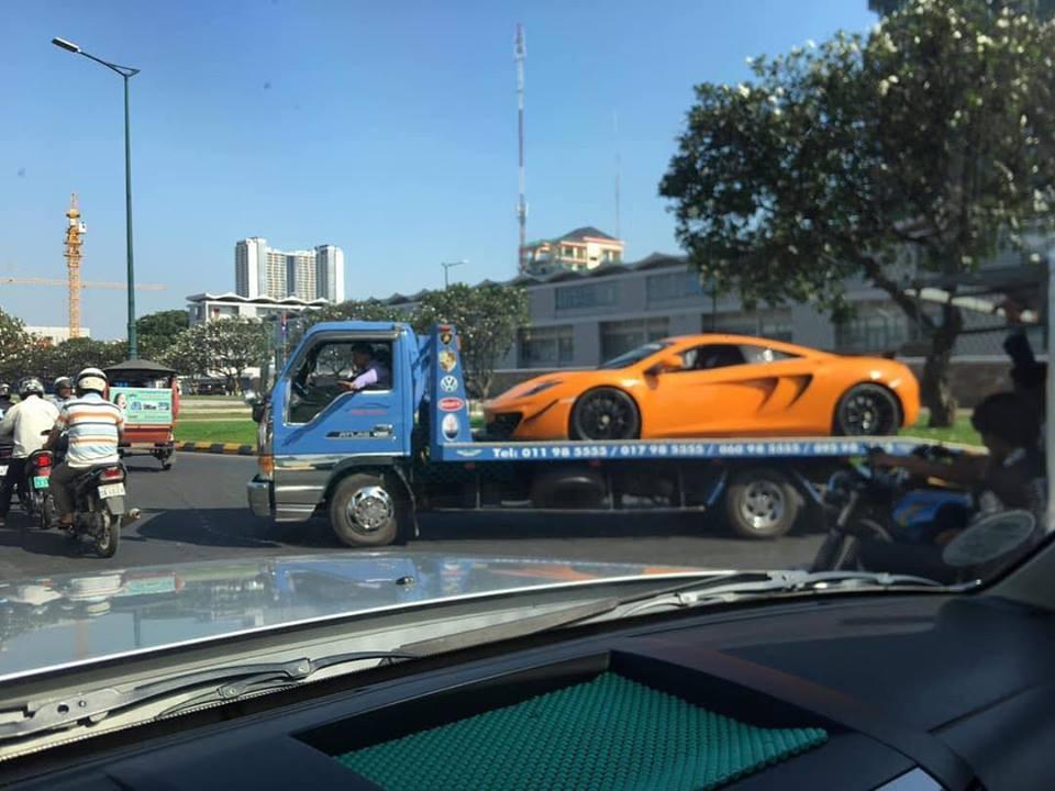 Chiếc siêu xe dành cho đường đua McLaren MP4-12C GT3 được vận chuyển trên xe chuyên dụng