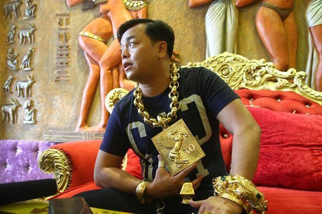 Đại gia Phúc XO nổi tiếng vì số vàng đeo trên người lên tới 13kg