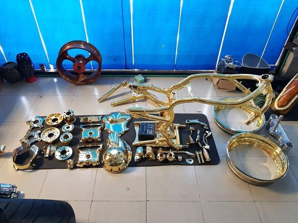 Bức ảnh các chi tiết trên xe được phơi sau khi mạ vàng