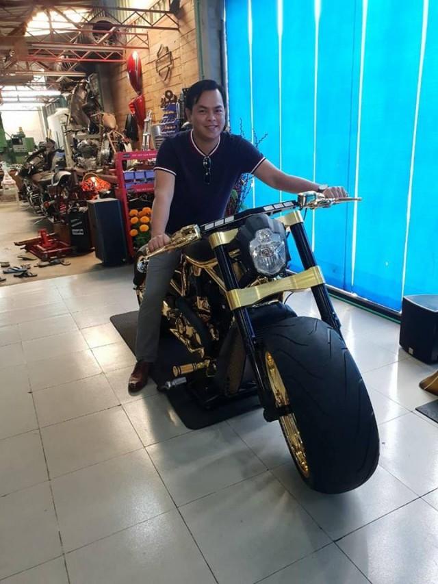 Anh Phúc bên chiếc Harley-Davidson Vrod mạ vàng của mình