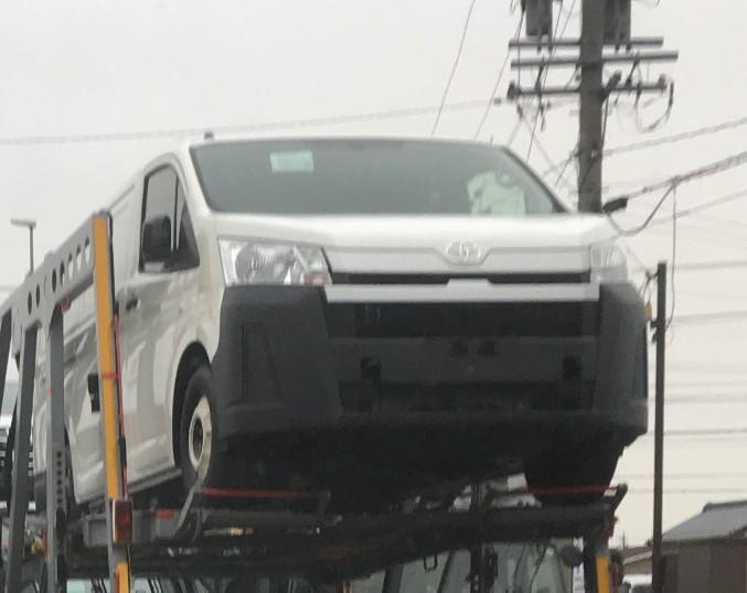 Chiếc Toyota Hiace 2019 với cản trước màu đen này có vẻ thuộc bản tiêu chuẩn