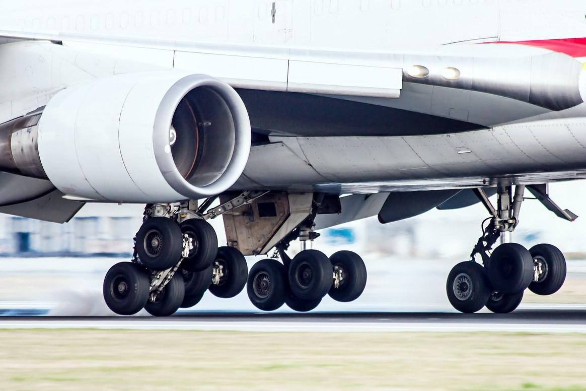Khi hạ cánh, lốp máy bay sẽ trượt trên đường băng trước khi bắt đầu lăn.