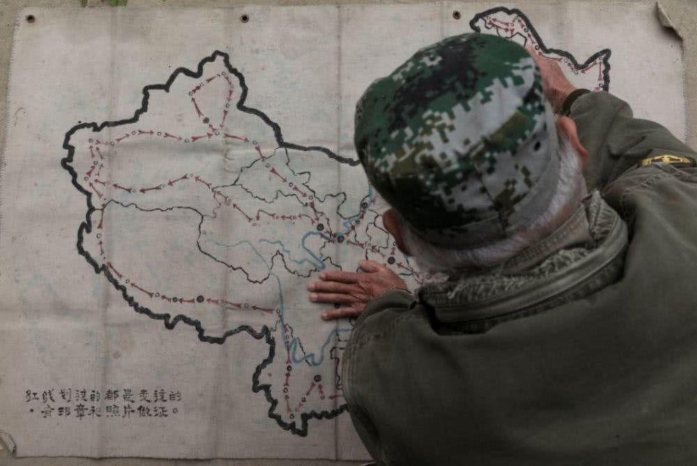 Đi tới đâu ông cũng mang theo bản đồ và đánh dấu hành trình nơi mình đã đi