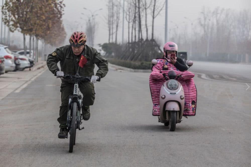 Phương tiện chính của ông là một chiếc xe đạp