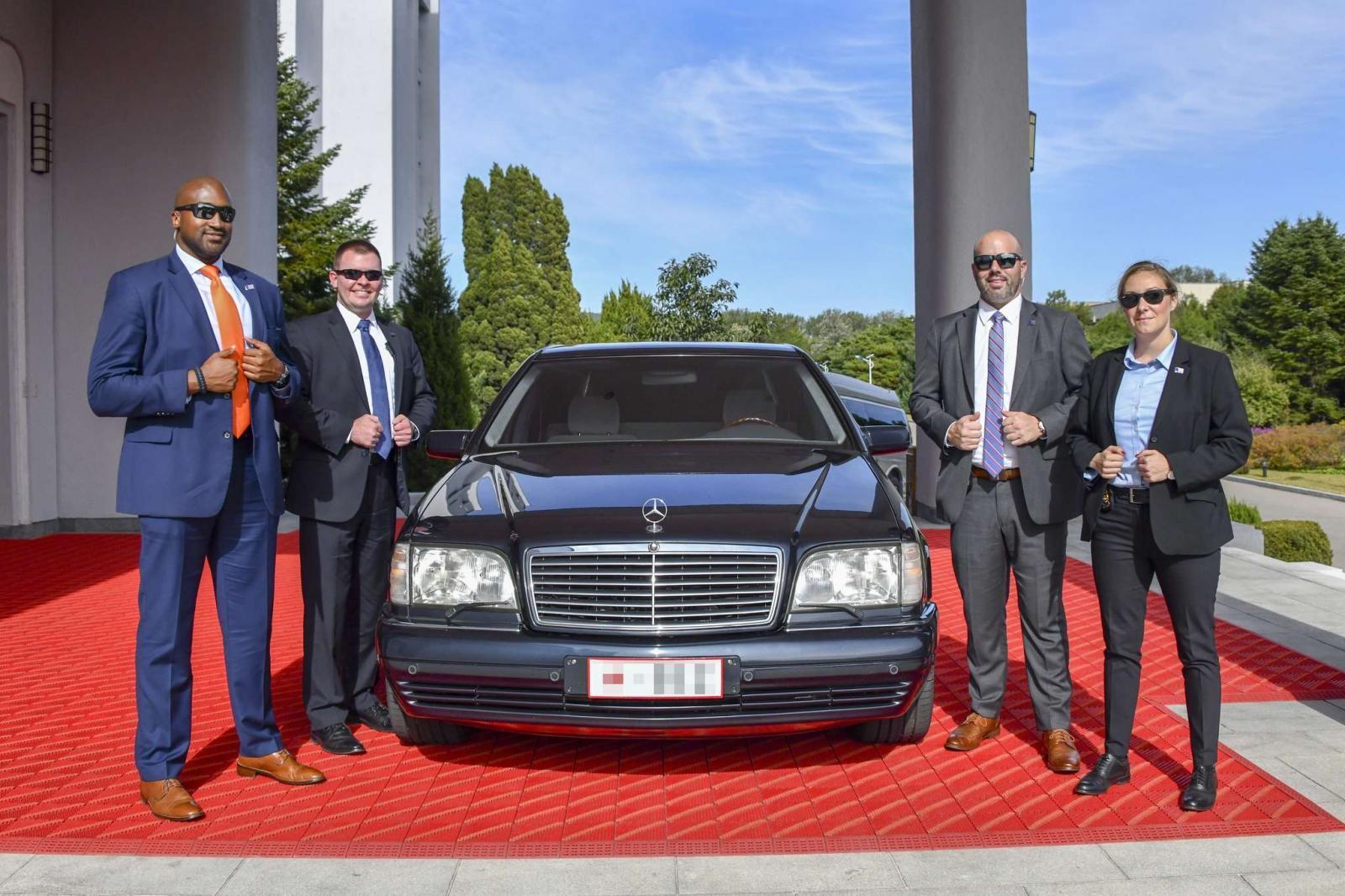 Đặc vụ của Cục An ninh Ngoại giao vây quanh chiếc Mercedes-Benz S600 đời sâu được dùng để chở Ngoại trưởng Mỹ Mike Pompeo trong cuộc gặp ông Kim tại Bình Nhưỡng