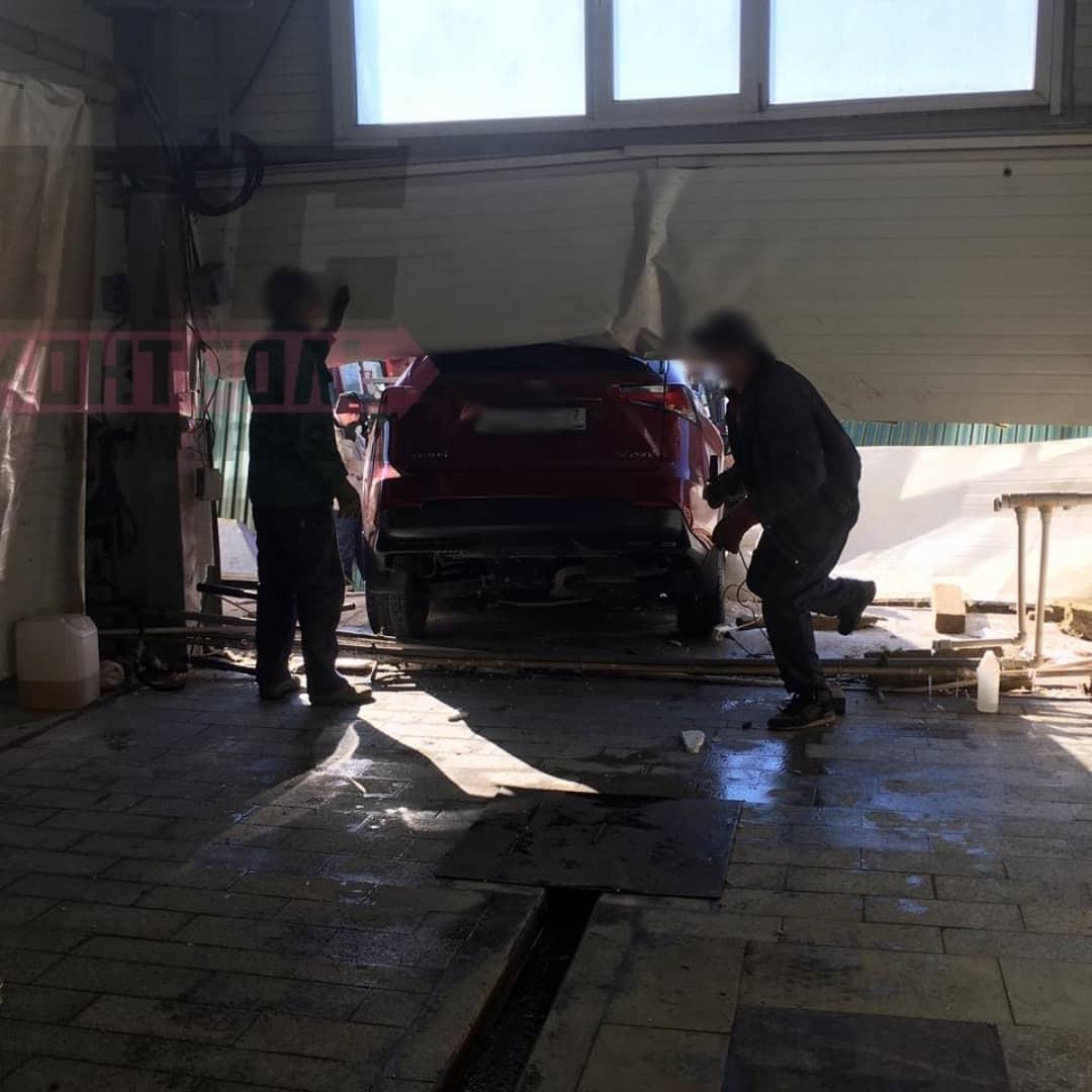 Chiếc Lexus NX đâm thủng bức tường của cửa hàng rửa xe