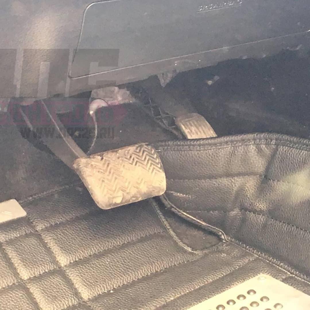 Nguyên nhân của vụ tai nạn được cho là do chân ga của chiếc Lexus NX mắc kẹt vào thảm sàn
