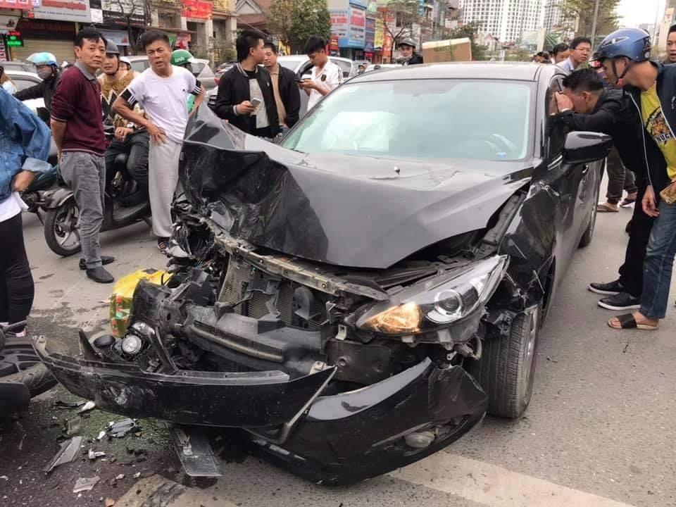 Đầu chiếc xe Mazda 3 hư hỏng nặng nề, bung túi khí