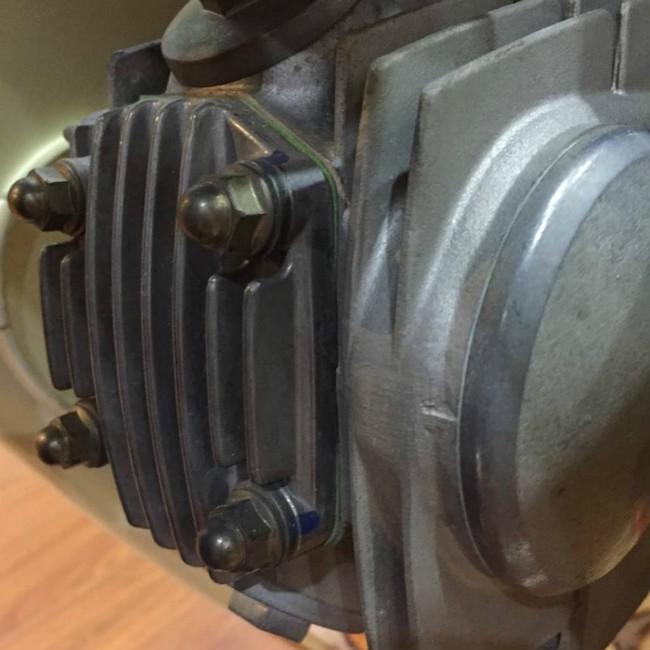 Xylanh và đầu bò của xe Honda Dream II, gioăng quy-lát thậm chí cũng rất mới