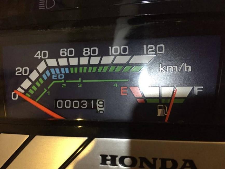 Mặt đồng hồ của xe cho thấy xe vẫn đang trong tình trạng hoàn ảo, các ký tự, kính nhựa ốp đẹp không tỳ vết. Công-tơ-mét cho thấy xe chỉ mới chạy được 31,9 km