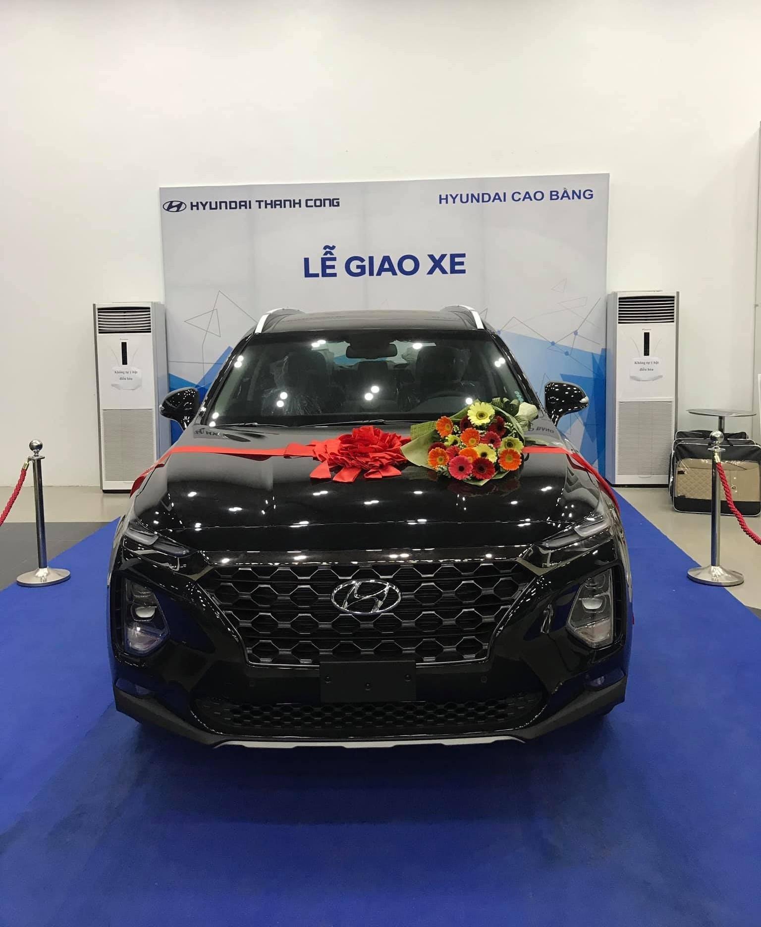 """Các cơ sở tư nhân """"đội lốt"""" đại lý chính hãng này vẫn tiến hành các buổi giới thiệu xe và giao xe như bình thường trong đó có cả mẫu Hyundai Santa Fe 2019 mới ra mắt thị trường Việt vào ngày 9/1 vừa qua"""