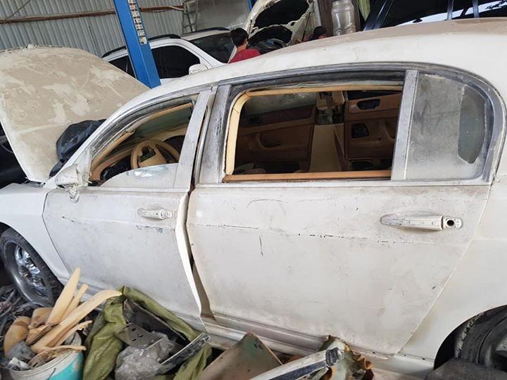 Bức ảnh hiếm hoi cho thấy nội thất xe có màu da bò và ốp gỗ