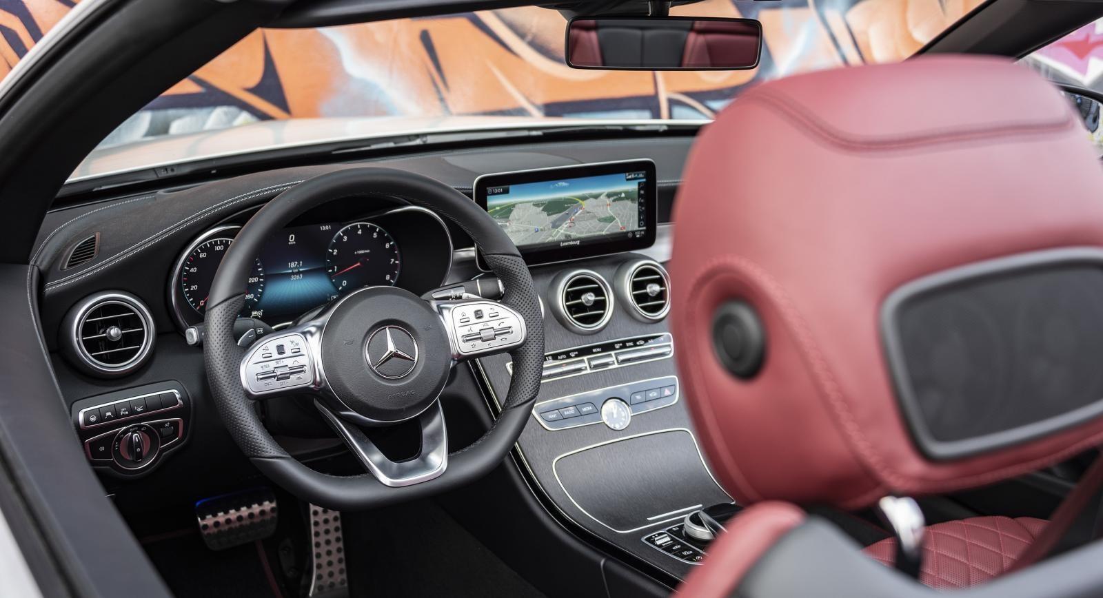 Nội thất của Mercedes-Benz C-Class 2019 có một số thay đổi nhỏ