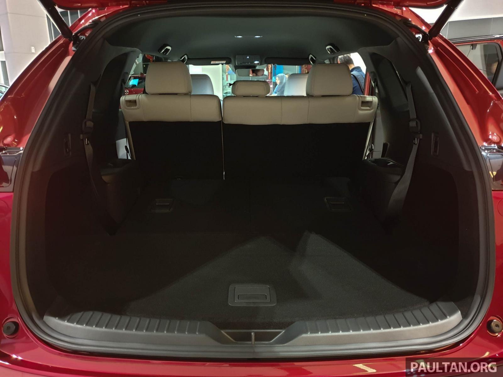 Ghế sau của Mazda CX-8 2019 có thể gập xuống để tăng thể tích khoang hành lý