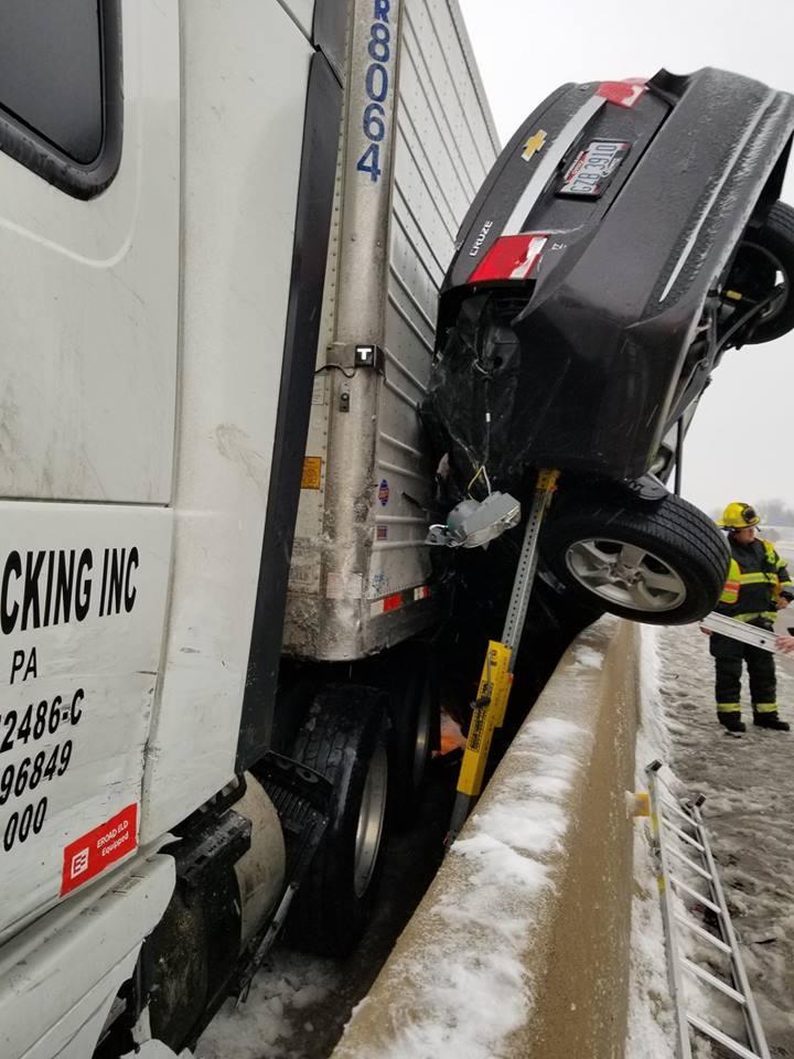 Phần sườn bên người lái của chiếc Chevrolet Cruze bị nghiền nát