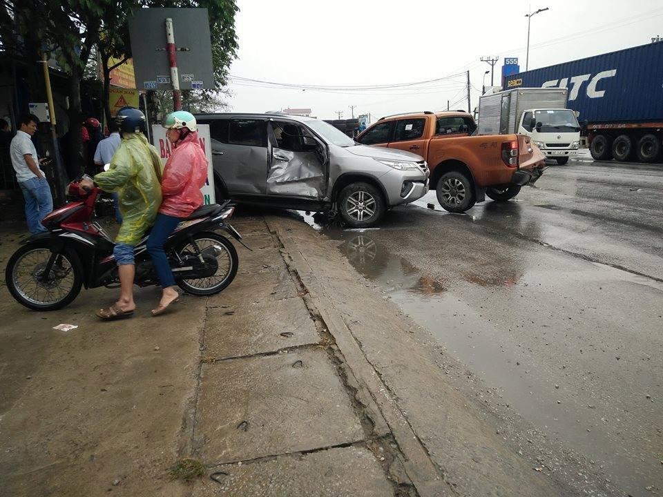 Chiếc Toyota Fortuner bị lõm cửa bên phải