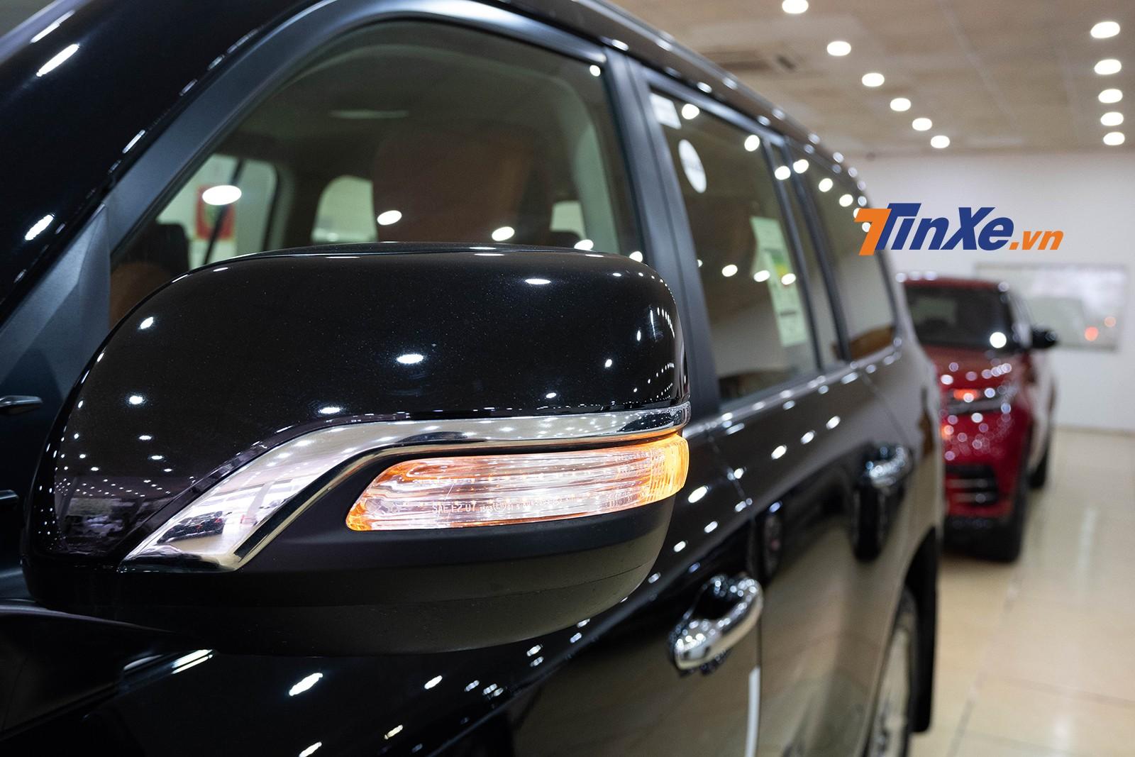 Gương chiếu hậu chỉnh, gập điện cùng màu thân xe có đường gờ mạ crôm trang trí vuốt khá mềm mại và ngoài ra, xi-nhan báo rẽ cũng được tích hợp nhưng có thiết kế khá độc đáo