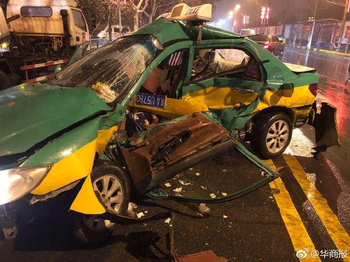 Chiếc taxi BYD bị biến dạng hoàn toàn sau cú va chạm