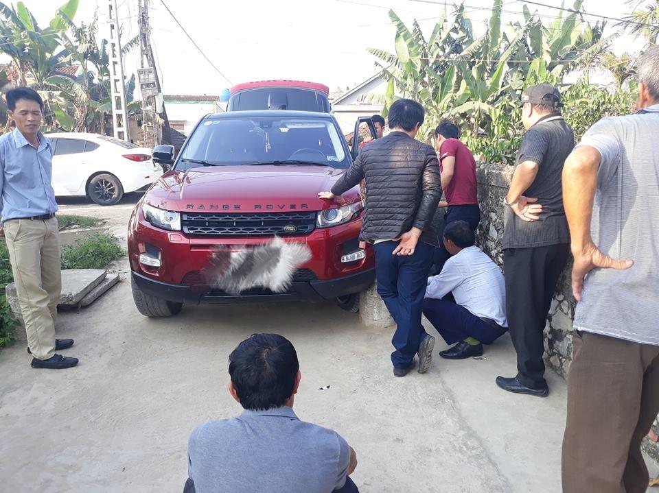 Range Rover Evoque gặp nạn do người điều khiển xe thiếu quan sát khi vào đường làng