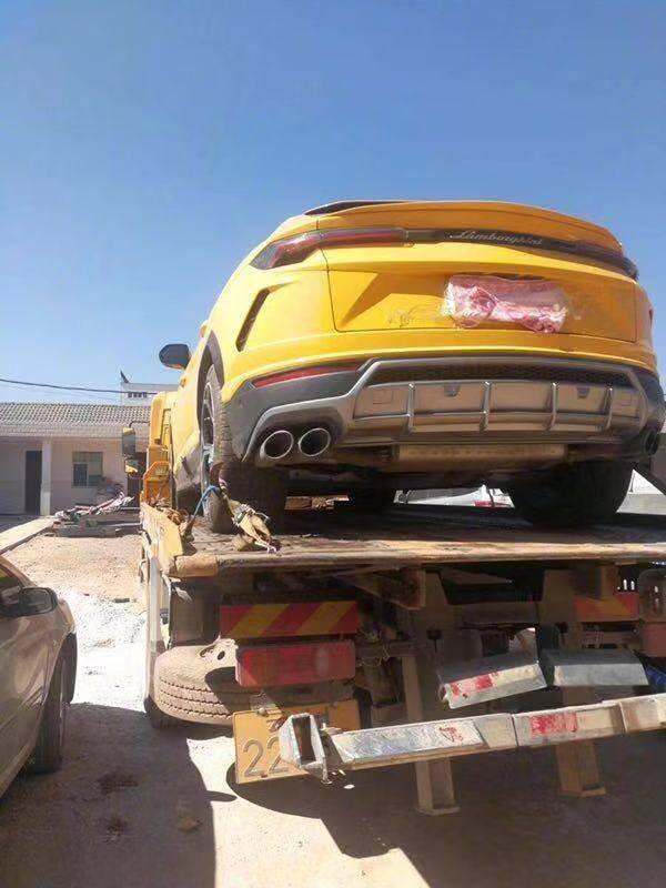 Chiếc Lamborghini Urus được rời khỏi hiện trường bằng xe cứu hộ