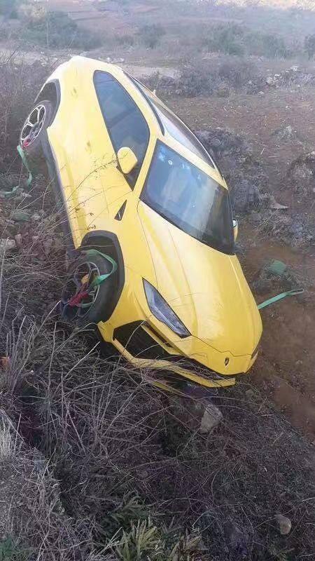 Chiếc siêu xe Lamborghini Urus rơi xuống rãnh bên đường