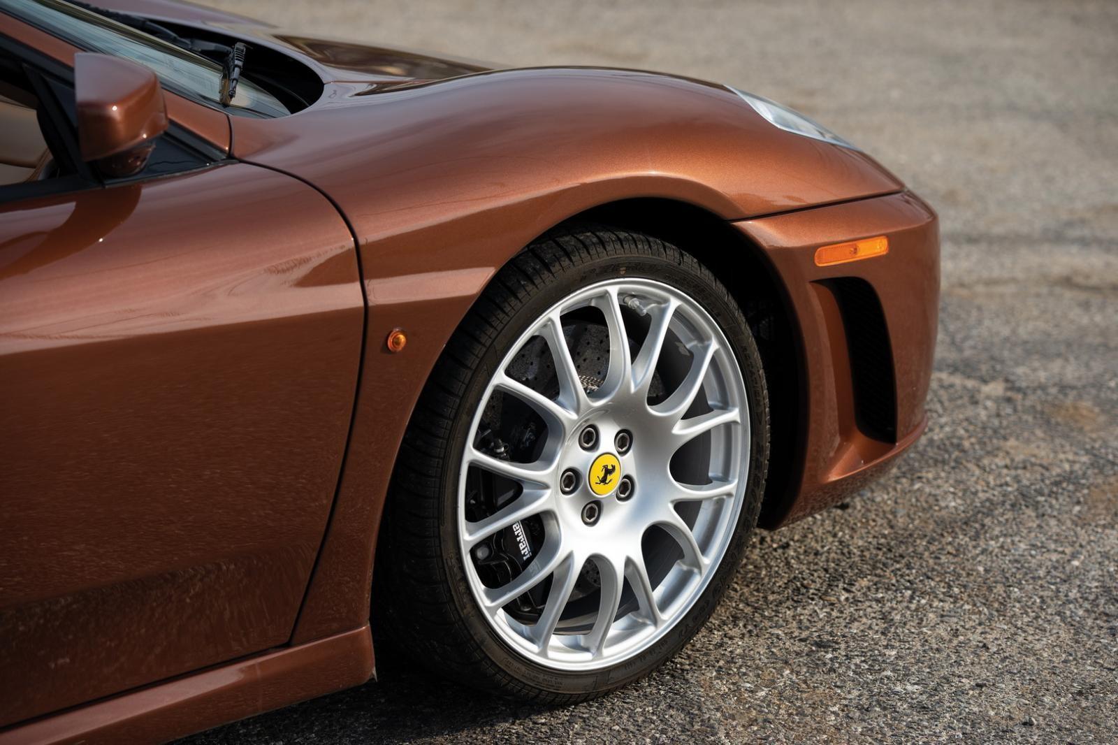 Bộ mâm trên Ferrari F430 Spider có bộ áo Marrone 1971