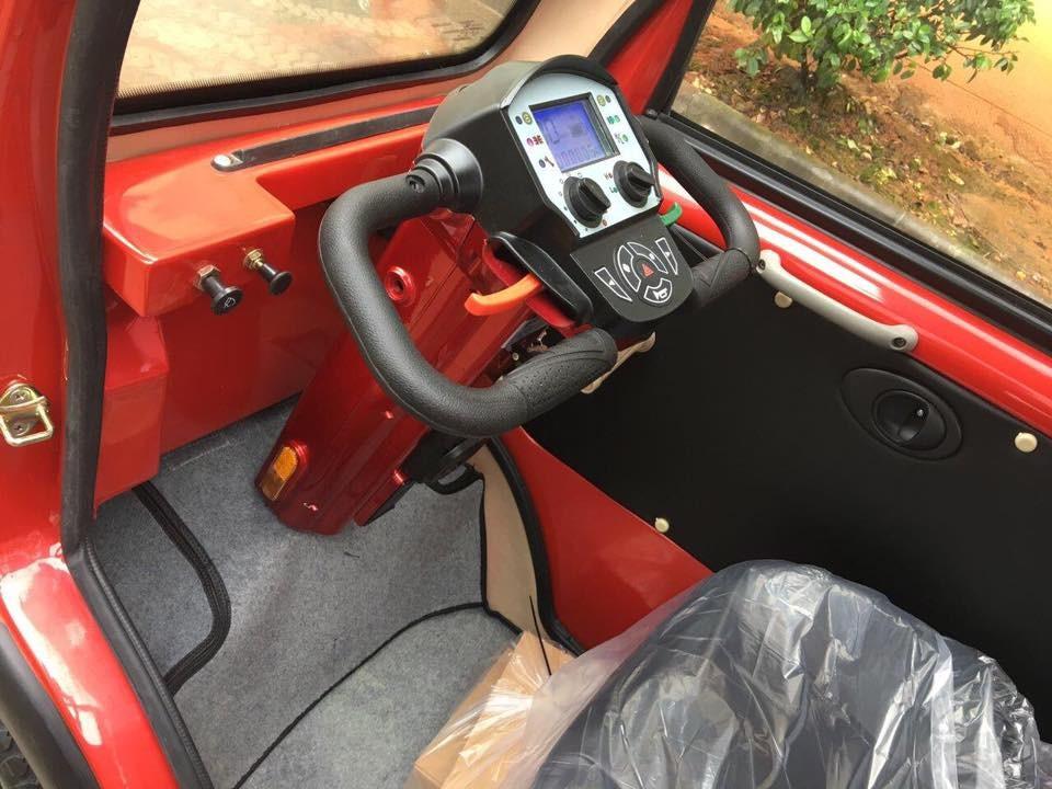 Nội thất đơn giản không có vô lăng như ô tô mà lại là tay lái giống với xe máy, màn hình đơn sắc LCD và ngoài ra người bán hàng cũng quảng cáo rằng sản phẩm này có cả trang bị camera lùi