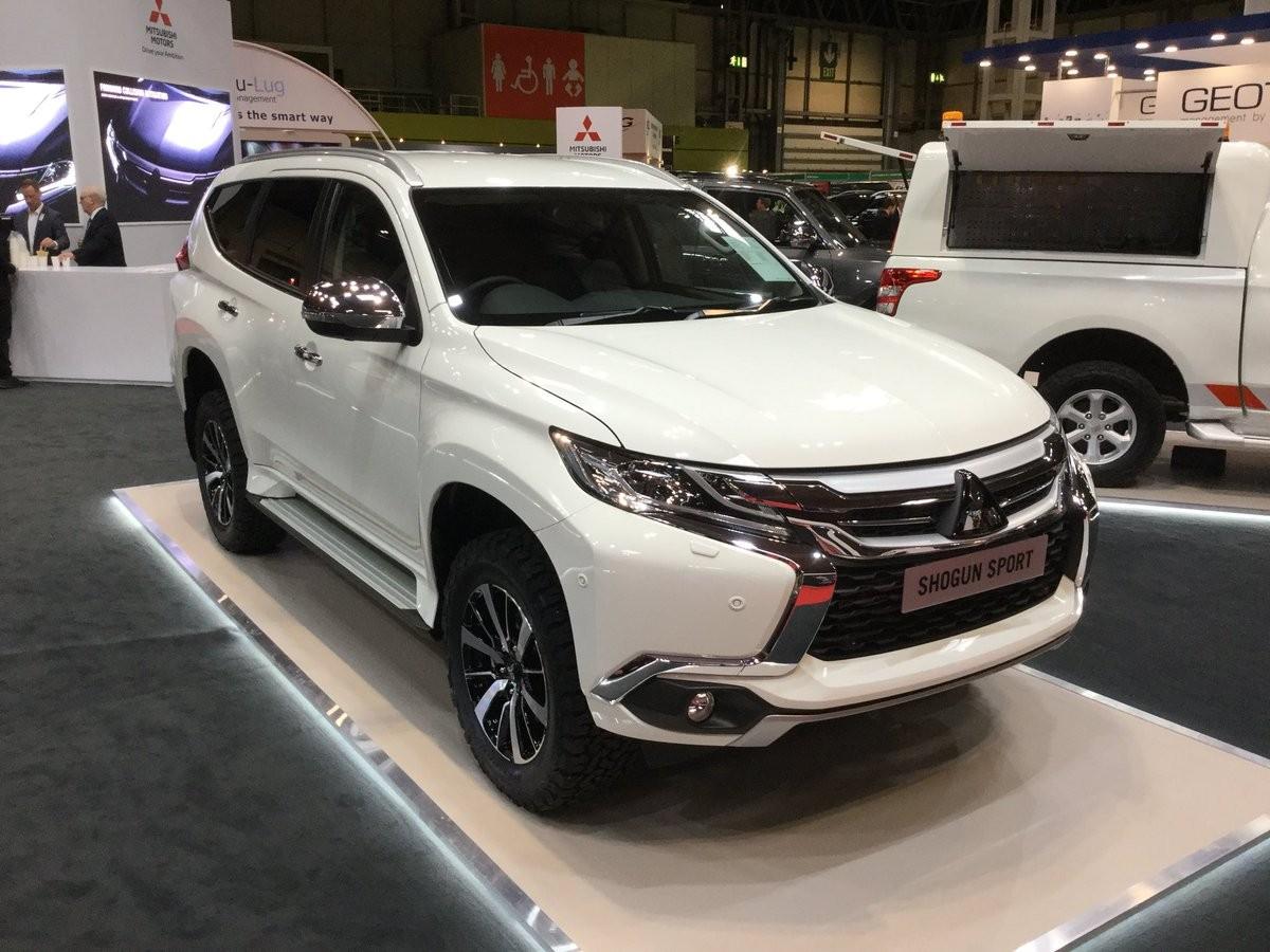 Bên ngoài, Mitsubishi Pajero Sport Commercial trông chẳng khác gì bản 7 chỗ thông thường