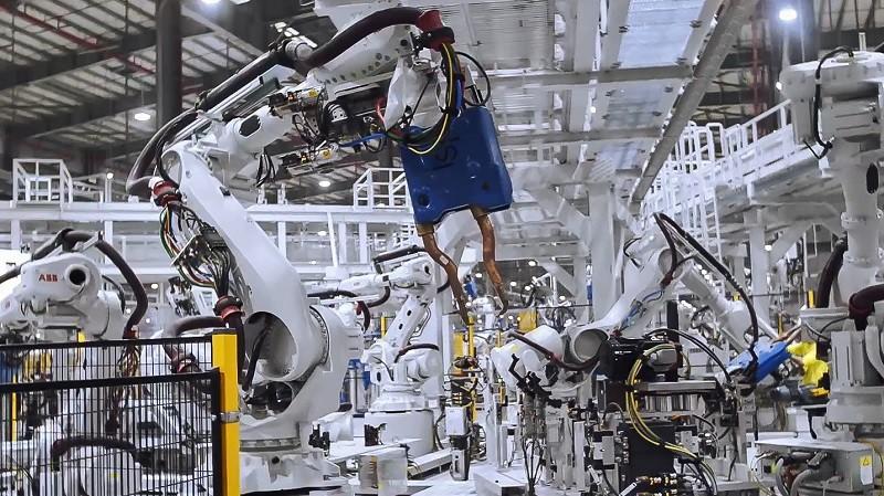 Rô-bốt hàn đang làm việc trong xưởng hàn thân xe tại Tổ hợp sản xuất ô tô VinFast