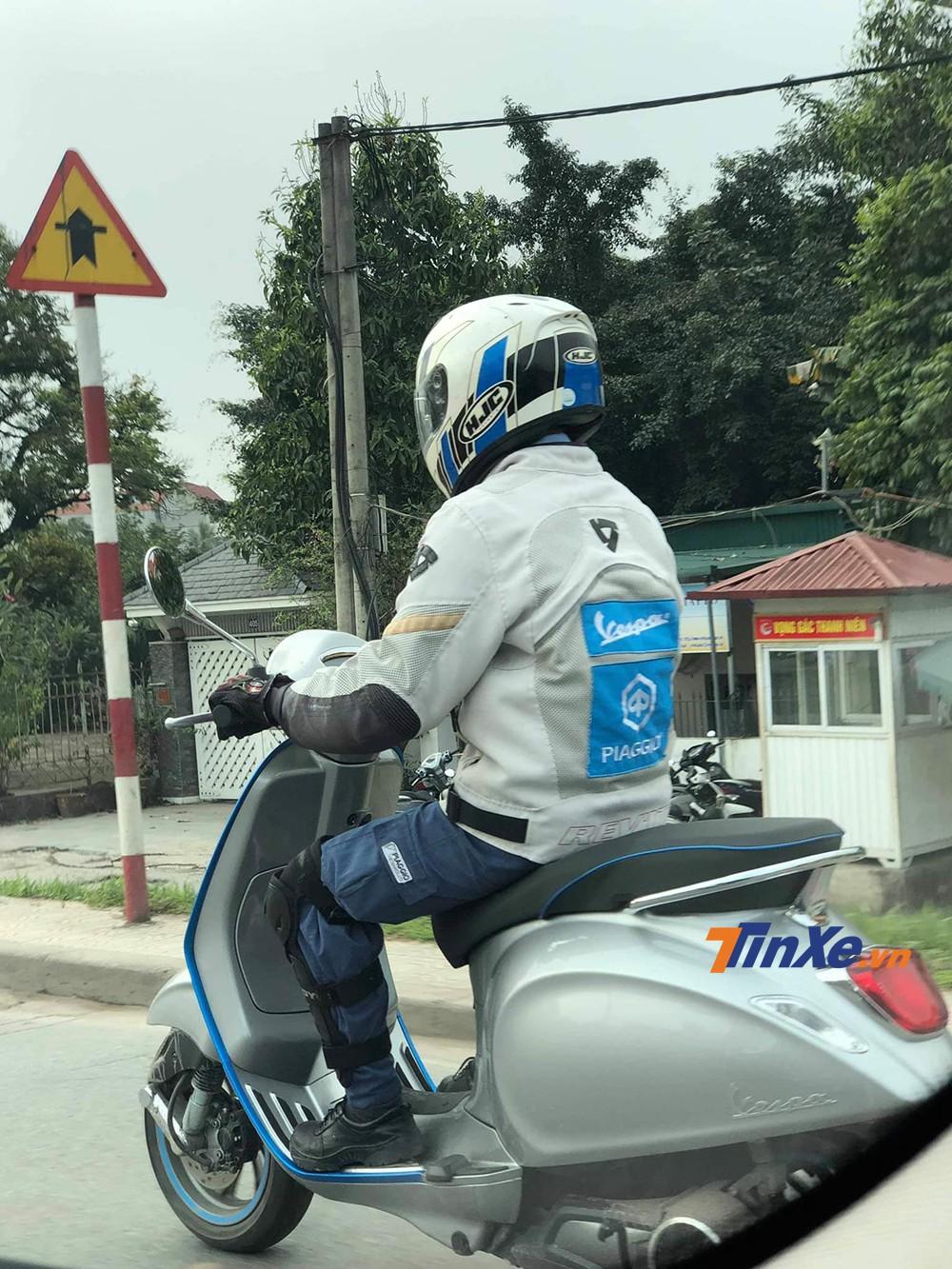 Nhân viên chạy thử xe của Piaggio Việt Nam trên chiếc Vespa Elettrica.