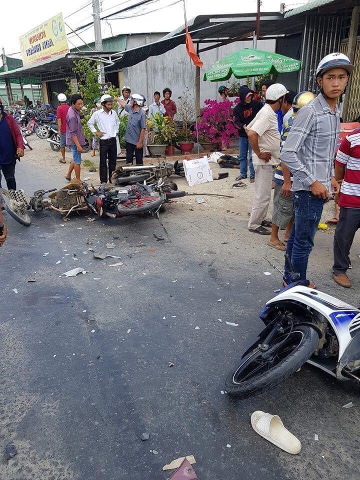Xe máy nằm ngổn ngang tại hiện trường vụ tai nạn