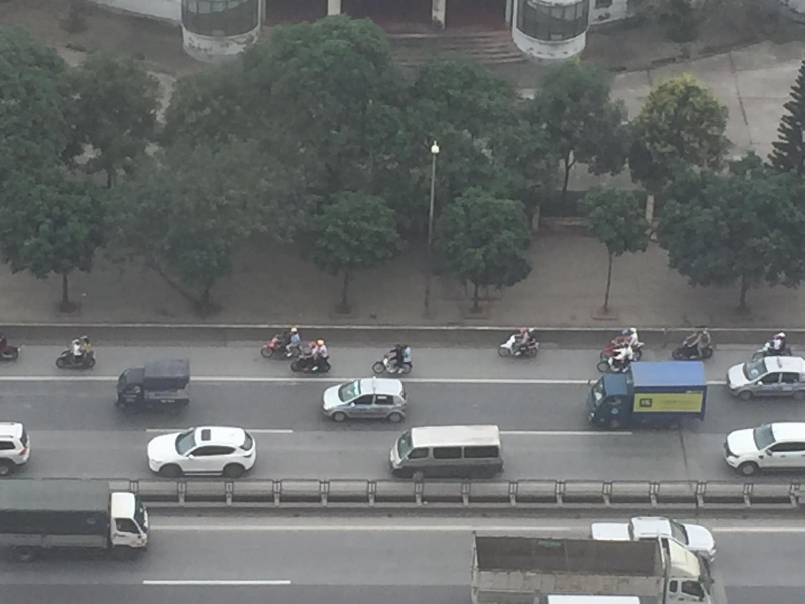 Hàng loạt xe máy đi vào đoạn đường cấm chỉ dành cho xe ô tô