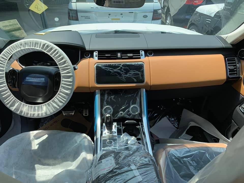 Range Rover Sport có hệ thống Touch Pro Duo với 2 màn hình cảm ứng