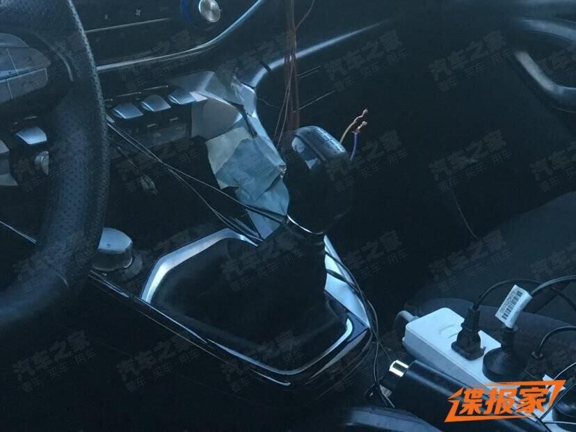 Các nút bấm có thiết kế như phím đàn piano trên cụm điều khiển trung tâm