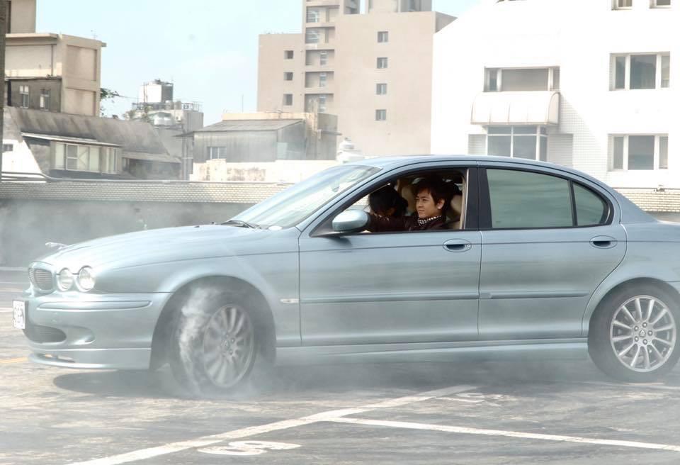 Lâm Chí Dĩnh thể hiện kỹ năng đốt lốp trên chiếc Jaguar trong bộ phim mình đóng