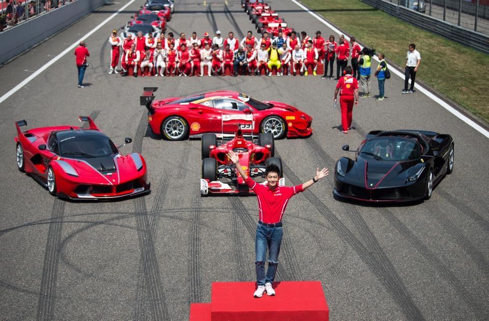 Lâm Chí Dĩnh đứng trên bục và phía sau là 3 chiếc Ferrari bao gồm LaFerrari FXX K, Ferrari F1 và LaFerrari Aperta