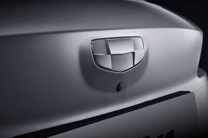 Logo của Geely GE11 chỉ có màu trắng và loại bỏ các tông màu đen, lam và vàng trên các mẫu xe động cơ đốt trong thông thường của họ
