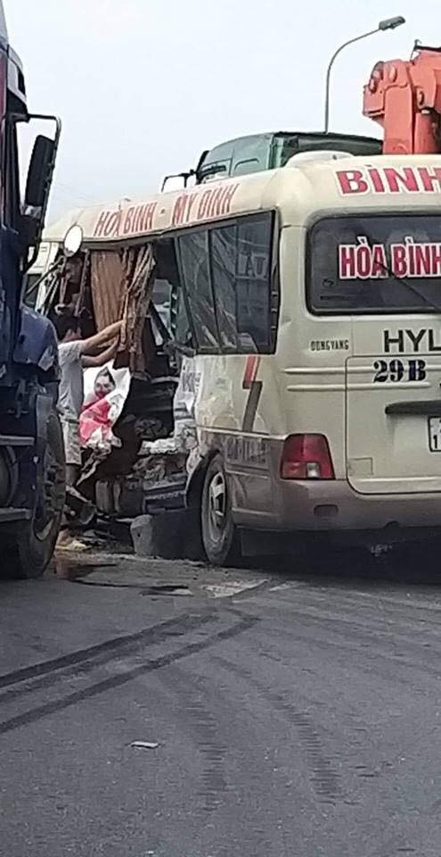 Hông xe khách biến dạng sau cú va chạm với xe container