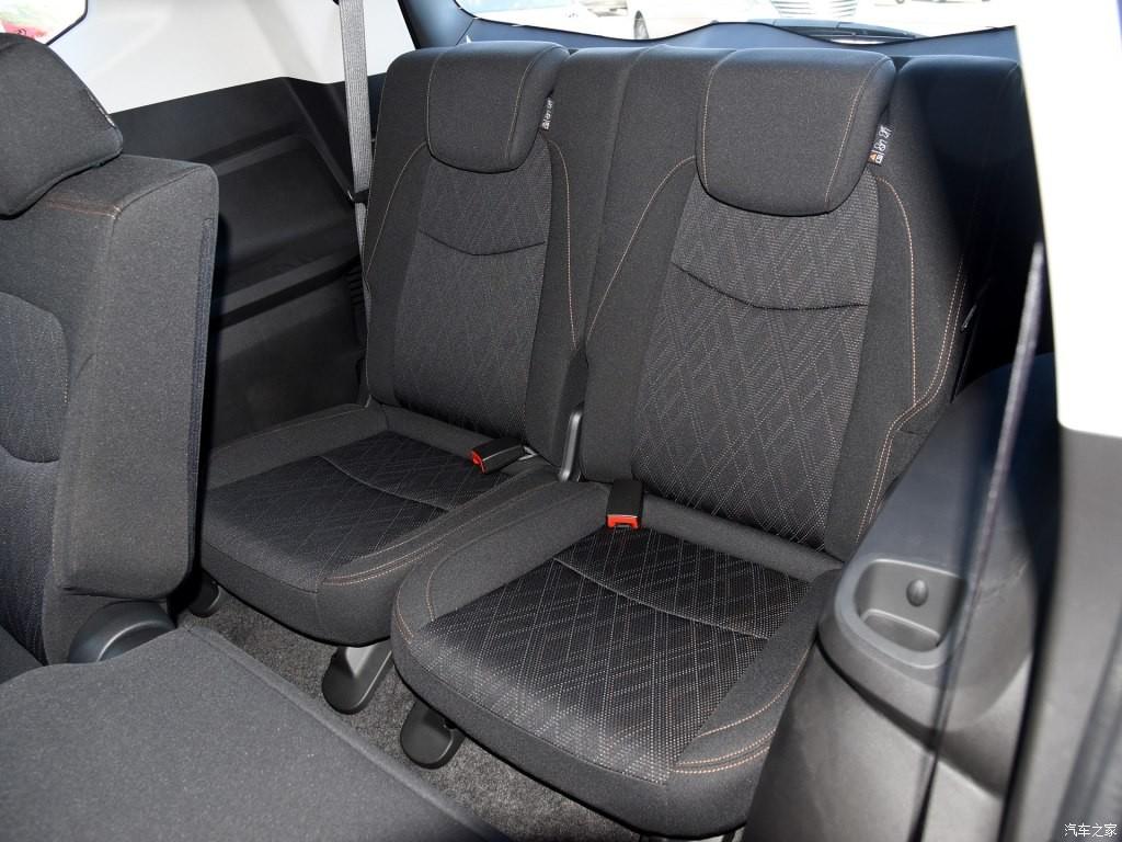Hàng ghế thứ 3 khá chật hẹp vì đây là SUV 5+2