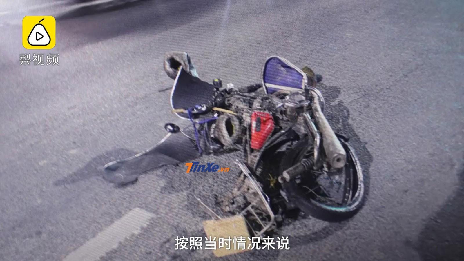 Chiếc xe máy bị biến dạng hoàn toàn