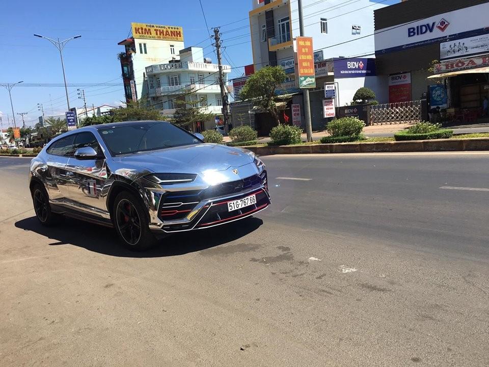 Lamborghini Urus được Minh Nhựa cho thay áo crôm đen để chơi Tết Kỷ Hợi 2019