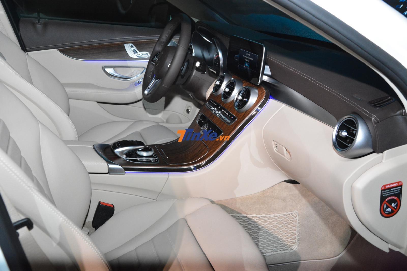 Cận cảnh khoang lái Mercedes-Benz C200 Exclusive 2019 phía trước