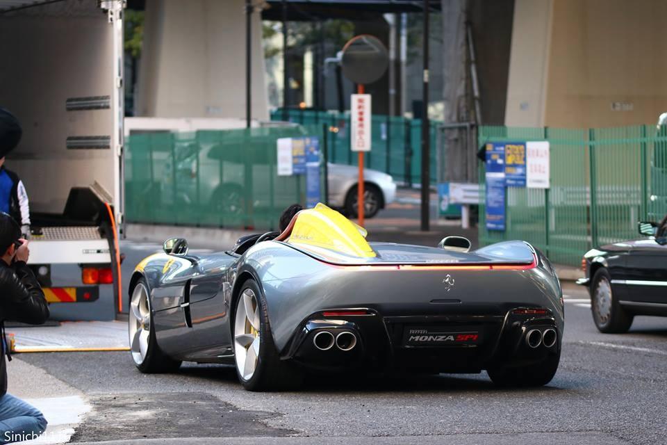 Ferrari Monza SP1 được vận chuyển từ thùng xe chuyên dụng xuống mặt đường