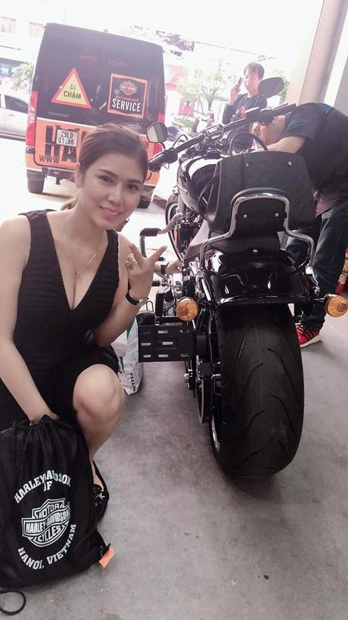 Chị Lanh bên chiếc Harley-Davidson Breakout 114
