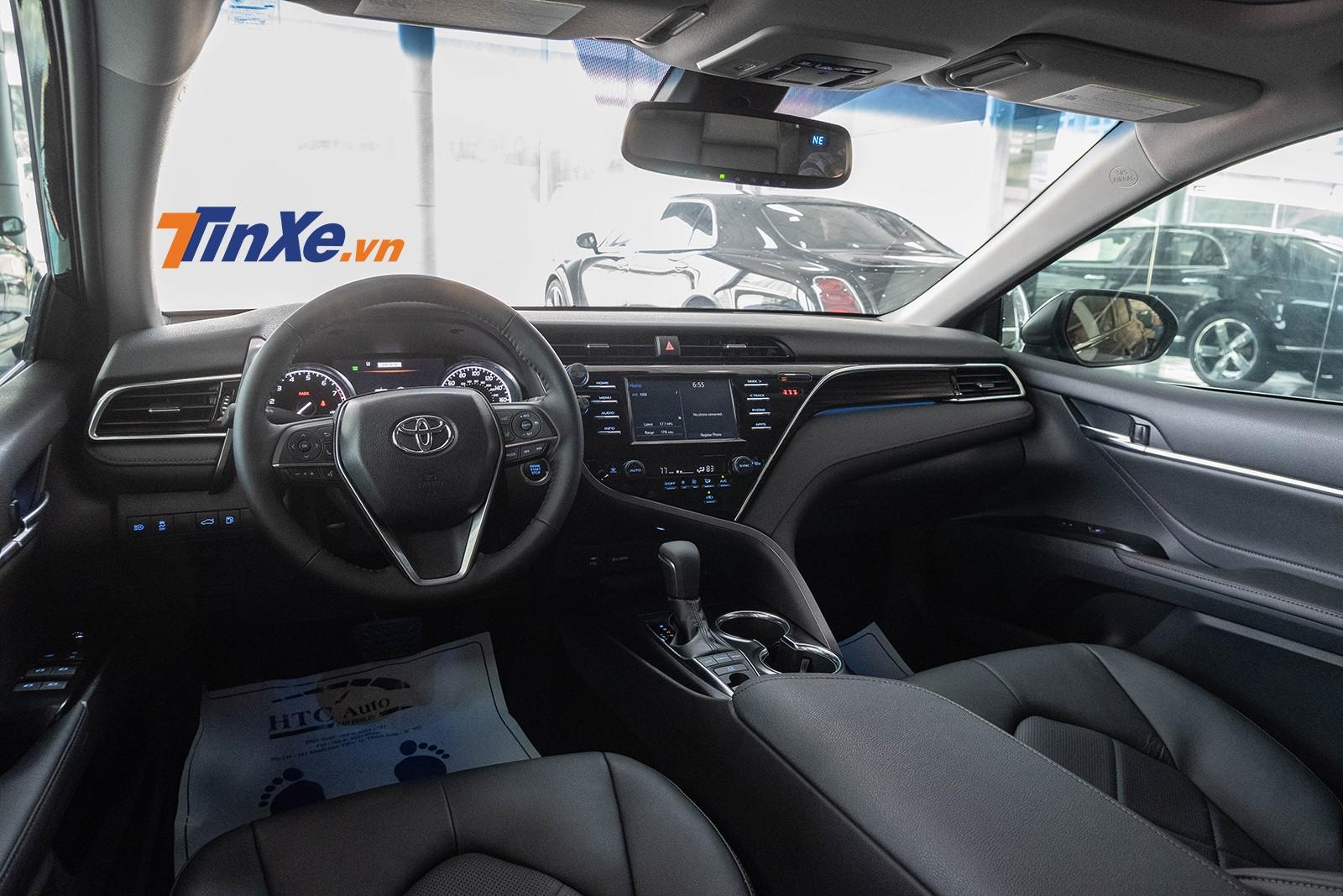 Tổng thể nội thất của Toyota Camry 2019 sang trọng với các chi tiết bọc da và ốp nhựa giả gỗ